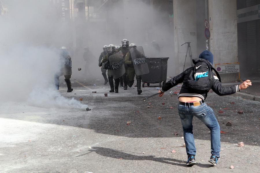 Αγρότες από την Κρήτη έχουν φθάσει από το λιμάνι του Πειραιά στο υπουργείο Αγροτικής Ανάπτυξης και συγκρούονται με τους αστυνομικούς έξω από το υπουργείο Παρασκευή 12 Φεβρουαρίου 2016. Αγρότες από μπλόκα από όλη την Ελλάδα έχουν προγραμματίσει διήμερη διαμαρτυρία στο Σύνταγμα ζητώντας την απόσυρση του σχεδίου για το ασφαλιστικό, την κατάργηση της φορολόγησης από το πρώτο ευρώ, την κατάργηση του ειδικού φόρου κατανάλωσης στο κρασί καθώς και την καθιέρωση αφορολόγητου πετρελαίου. ΑΠΕ-ΜΠΕ/ΑΠΕ-ΜΠΕ/Παντελής Σαίτας